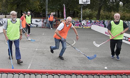 Ældre, som spiller hockey